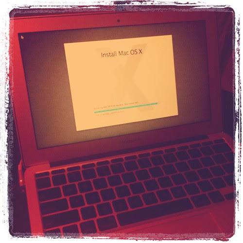 tengah install Mac OS Lion di Macbook Air ku. Look superb