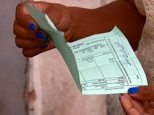 Dinheiro estava enrolado em meio ao holerite (Foto: Ely Venancio/EPTV)