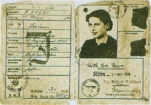 """Documento di identità di un'ebrea tedesca con la """"J"""" ben visibile per identificare gli ebrei, 1939. Ai nomi originari andavano obbligatoriamente aggiunti quelli tradizionalmente israelitici di """"Sara"""" e di """"Israel"""""""
