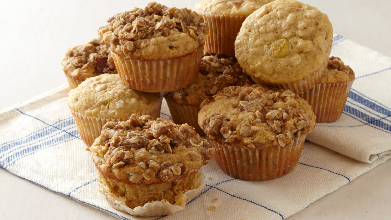 apple oat muffins 0091 d112215_horiz