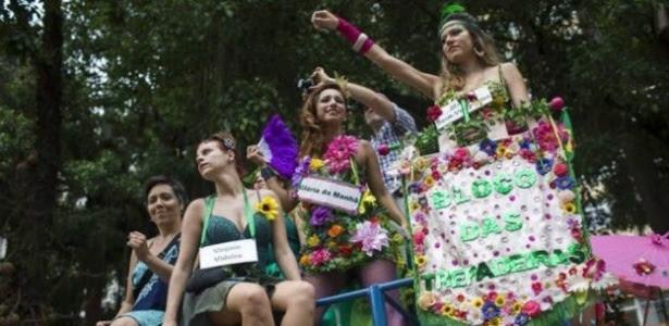 Bloco feminista no Rio ironiza o machismo com fantasias e cartazes
