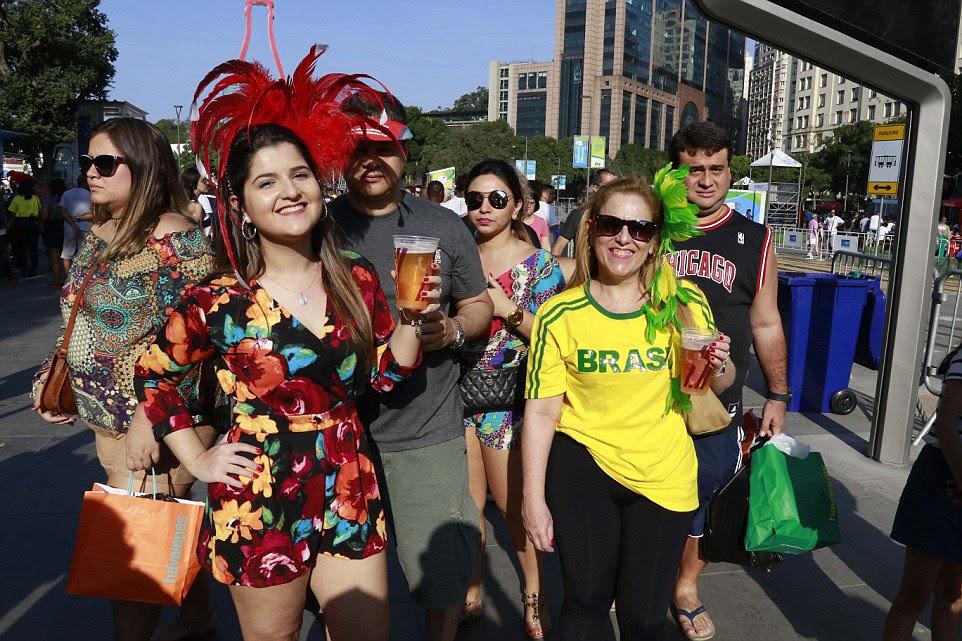 fan zone perto de Port Mauá fãs Boulavard Olimpico reuniram cedo antes da cerimônia começar
