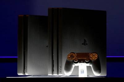 La PlayStation 4 Pro es mostrada en el lanzamineto de hoy, en Nueva York, / REUTERS