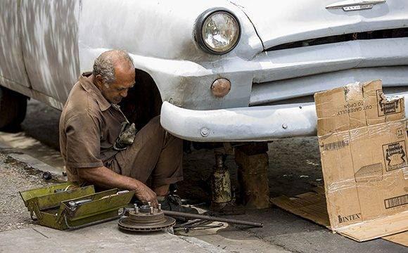 Una de las quejas de los boteros el alto precio de las piezas y las reparaciones. Foto: Ismael Francisco/ Cubadebate.