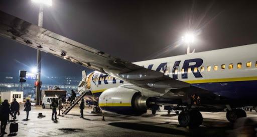 Fatigué d'attendre, un passager de Ryanair s'installe sur l'aile de l'avion - Le Quotidien.lu