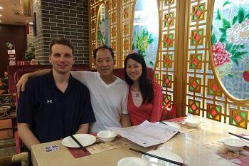'王晓丹(右)18岁离开父亲(中),18年后的2016年才与父亲在中国重逢,可是幸福是那么短暂。左一为王晓丹丈夫杰夫。'
