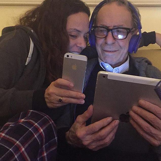 Bebel Gilberto e João Gilberto em post no Instagram de Bebel 2015-09-06, 0:09 Copacabana Beach bebelgilberto Always connect #Apple #appleworld #beatsbydre #music #paiefilha #inspirations #conetados #ilovethis #brasil #rioeuteamo #bebelthing #joaogilberto #bossanova #thecnology #applebossanova? Read more at http://websta.me/p/1067776904737126651_22673645#11OZHweti2RhKhMH.99 CRÉDITO: Reprodução/Instagram ***DIREITOS RESERVADOS. NÃO PUBLICAR SEM AUTORIZAÇÃO DO DETENTOR DOS DIREITOS AUTORAIS E DE IMAGEM***
