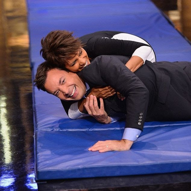 Halle Berry : The Tonight Show With Jimmy Fallon (July 2014) photo article-2685519-1F7E06D300000578-849_634x702.jpg