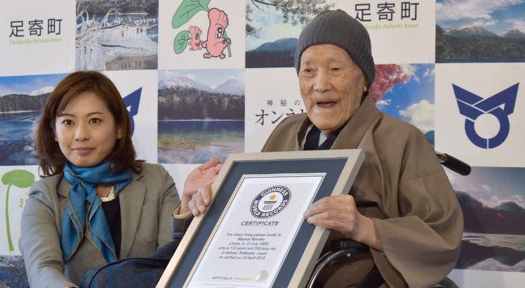 Nascido em 25 de julho de 1905, o idoso recebeu um certificado oficial em sua residência de Hokkaido, a grande ilha japonesa do norte do país / Foto: AFP