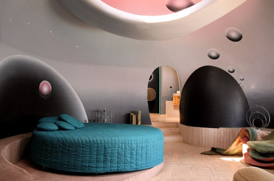 Внутри дома Пьера Кардена в Каннах. Фото / Pierre Cardin's Bubble House. Photo