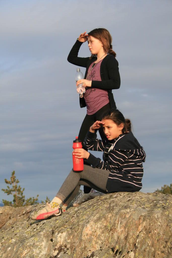 Vivi Emilie og Kalyani Isabel skuer utover havet!