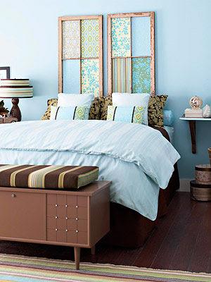 Cabeceira de cama com molduras de janela revestidas com tecido