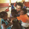 Bruno Gagliasso  posou com crianças na África, onde participam de trabalho social em uma ONG