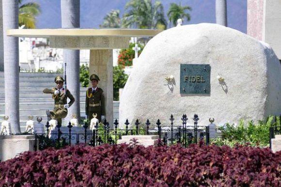 Soldados de la Unidad Militar 1953, realizan el cambio de la Guardia de Honor al Héroe Nacional  José Martí, y al Comandante en Jefe Fidel Castro Ruz, en el cementerio Santa Ifigenia de Santiago de Cuba, 27 de noviembre de 2017.      ACN  FOTO/ Miguel RUBIERA JÚSTIZ/ rrcc
