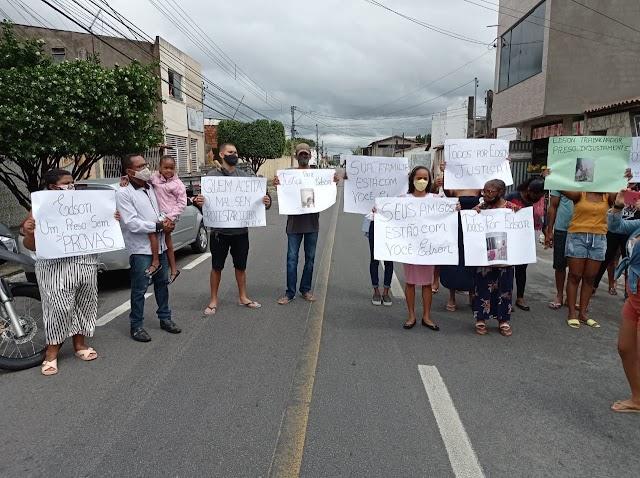 Familiares protestam contra prisão de pintor acusado de matar cliente a facadas