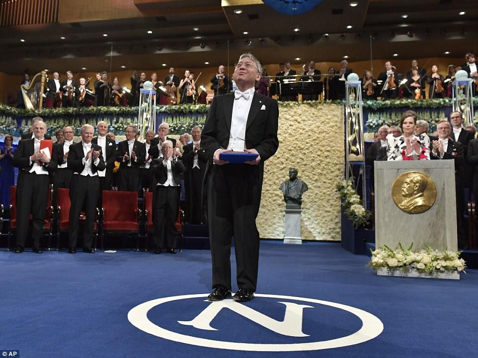 A cerimônia da noite em Estocolmo viu o Laureado na Literatura Kazuo Ishiguro chegar ao palco depois de receber o prêmio do rei Carl Gustaf da Suécia d