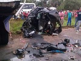 Destroços de um dos carros envolvidos no acidente (Foto: Divulgação/PRF)