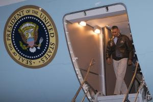 President Barack Obama steps off Air Force One after …