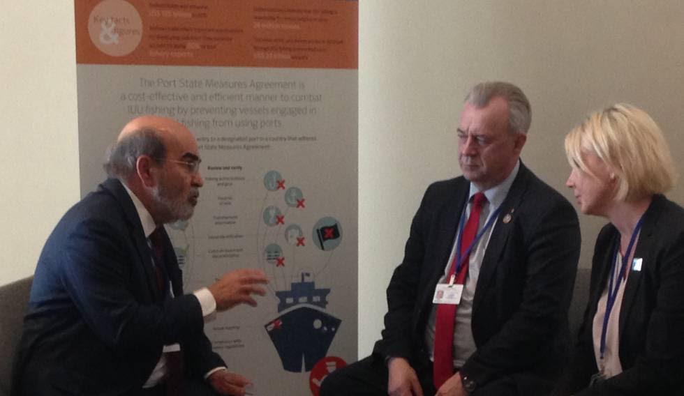 El director general de la FAO, José Graziano da Silva (i), conversa con el ministro sueco de Asuntos Rurales, Sven-Erik Bucht, cuyo Gobierno se comprometió este jueves a aportar 5,4 millones de dólares para apoyar el trabajo de la agencia en la implementación del PSMA.