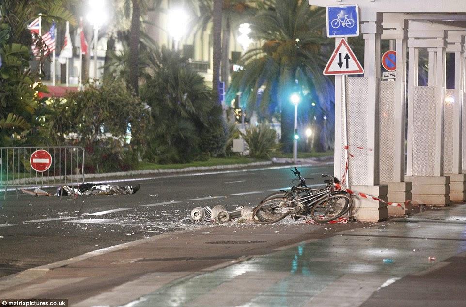 Caminho de destruição: O motorista gastou cerca de 30 minutos na estrada, antes que ele foi parado por um atirador da polícia em um tiroteio