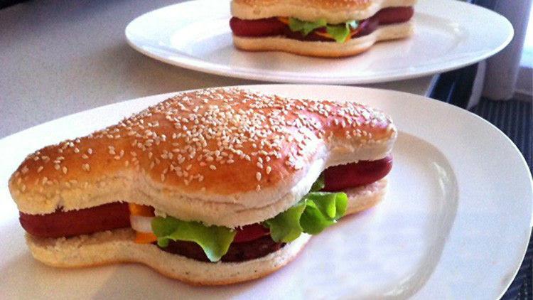 Presentan una nueva forma de comer 'hot dog' y hamburguesa