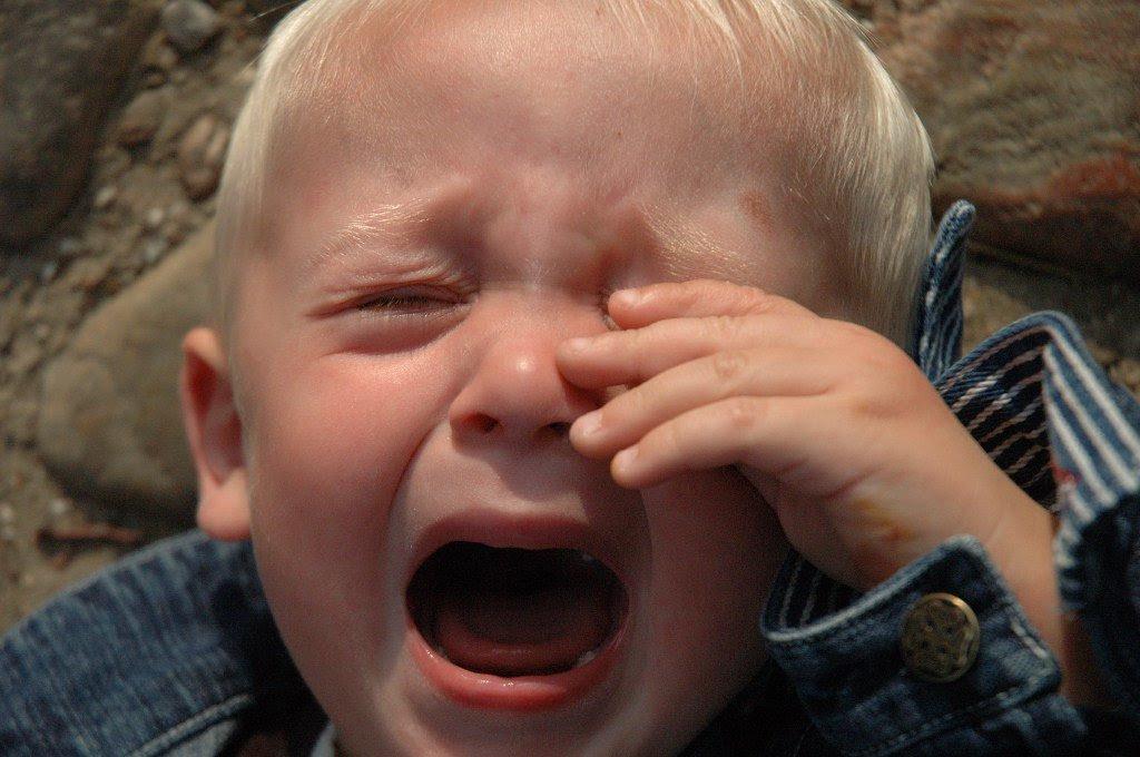 Foto niño pequeño llorando