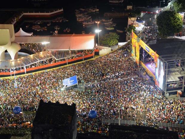 Praça Cairu ficou lotada durante o terceiro dia de festa de réveillon em Salvador (Foto: Elias Dantas / Ag Haack)