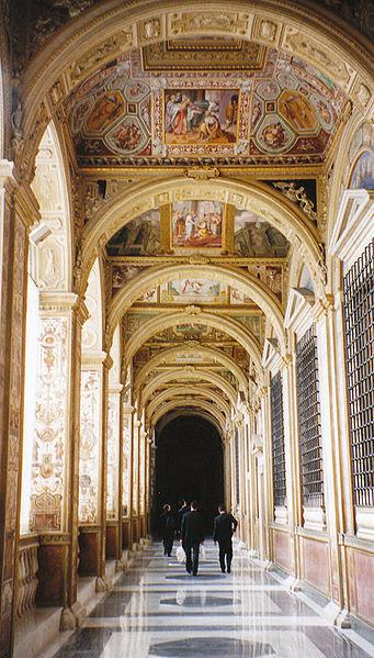 File:Loge du 2ème étage du palais apostolique du Vatican.jpg