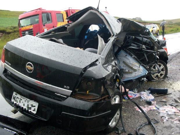 Motorista do automóvel com placas de Pato Branco invadiu a pista contrária e colidiu contra outro, diz PRE (Foto: PRE / Divulgação)