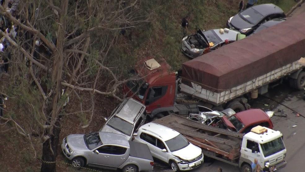 Vários veículos se envolveram em acidente perto do BH Shopping, no bairro Olhos D'Água. (Foto: Reprodução/TV Globo)