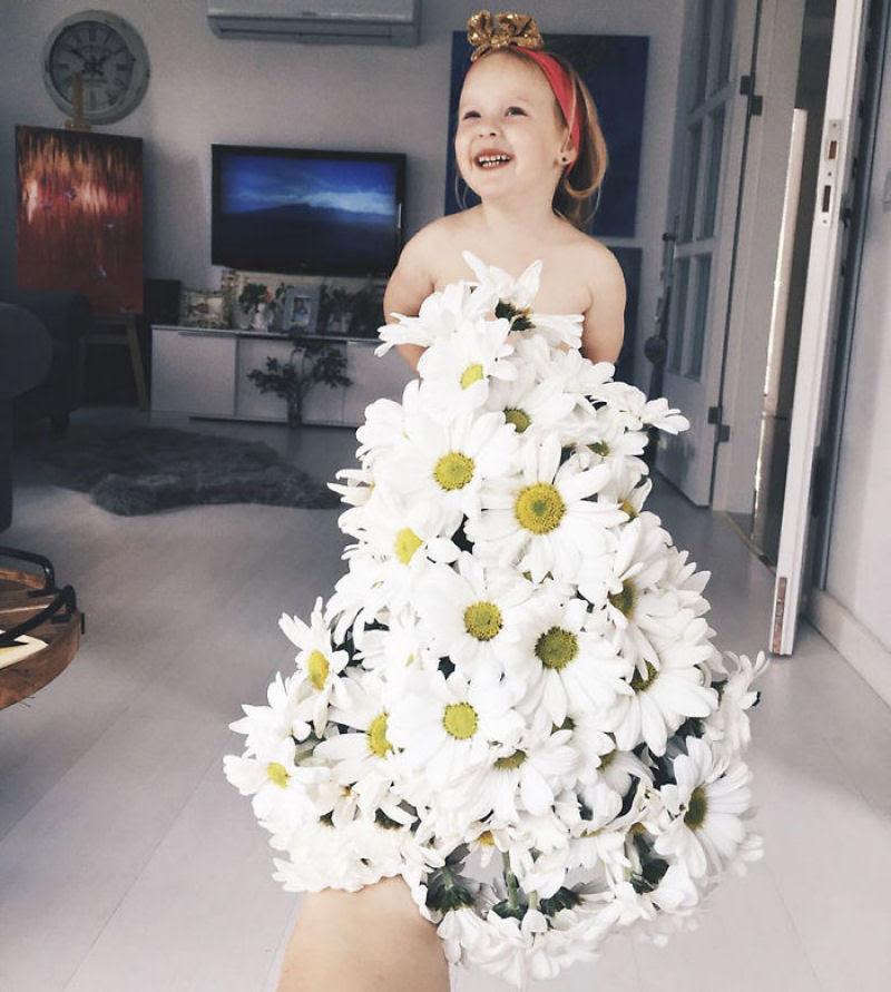 Mãe veste a filha com flores e comida usando a perspectiva forçada e conquista a internet 05