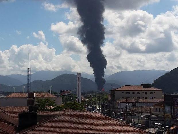 Fogo e fumaça podem ser avistadas de São Vicente, litoral de São Paulo (Foto: Bruno Giufrida / G1)