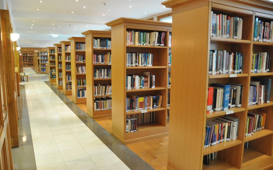 Η Βιβλιοθήκη του Τμήματος Οικονομικών Επιστημών θεωρείται η πιο σημαντική στο κέντρο της Αθήνας. Ομως, λόγω έλλειψης προσωπικού, μείωσε το ωράριο λειτουργίας της έως το μεσημέρι.