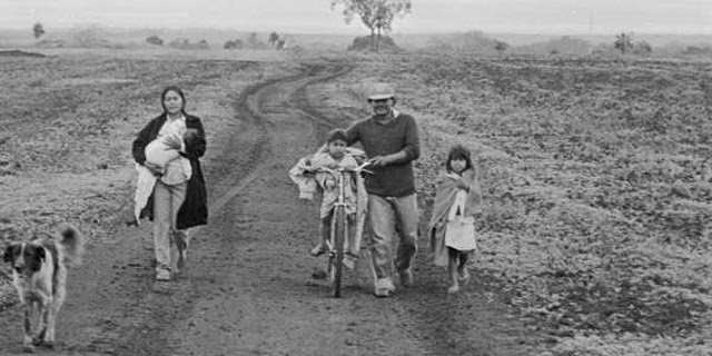 Familia guaraní caminando en su tierra. | Joao Ripper (Survival)