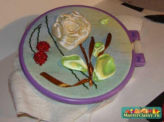 Вышивка лентами. Белая роза с вишенками