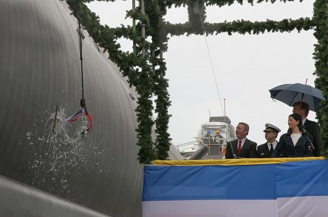 """Uno de los submarinos no nucleares más modernos del mundo, fue nombrado hoy en el astillero de ThyssenKrupp Marine Systems GmbH, una empresa de ThyssenKrupp Industrial Solutions AG, bajo el nombre de """"U36"""". Esto marca otro importante hito en el programa de construcción naval permanente de la Marina alemana. U36 es el segundo barco de la segunda tanda de HDW Clase submarinos 212A destinados a la operación de la Marina alemana. La ciudad alemana de Plauen ha asumido el patrocinio de U36. El submarino ultra-moderno fue nombrado por Silke Elsner, compañero de la Mayor."""