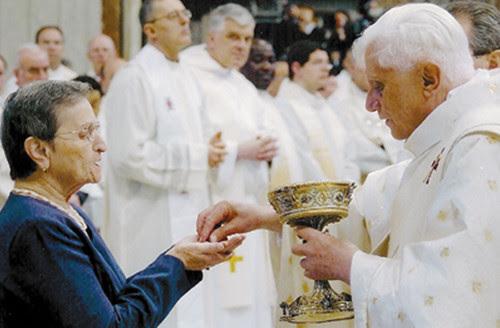 Anti Papa Benedicto XVI da la 'Comunión' en la mano