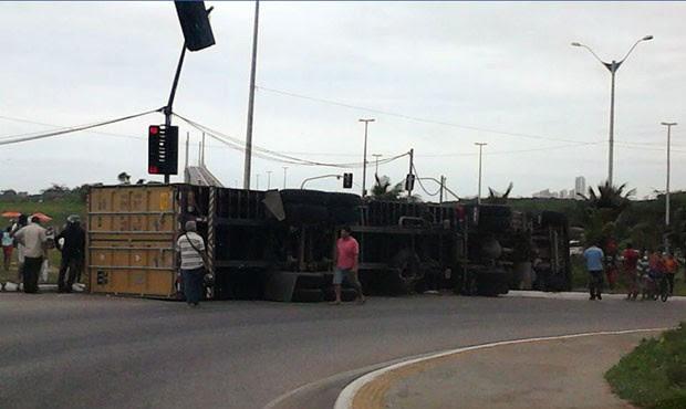 Acidente ocorreu perto da rotatória da Ponte Newton Navarro (Foto: Kalieny Moreno)