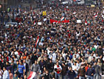 Grupos de manifestantes deslocam-se pelo centro do Cairo. Inspirados pela Revolução do Jasmin, que derrubou o ditador da Tunísia Zine el Abidine Ben Ali após 23 anos no poder, milhares de jovens tomaram as ruas de diversas cidades do Egito exigindo a renúncia do ditador Hosni Mubarak, há 30 anos no comando do país Leia mais