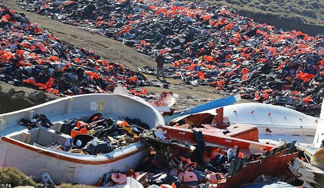 Vì những chiếc áo phao giết người, hàng trăm dân di cư chết đuối trên biển - Ảnh 2.