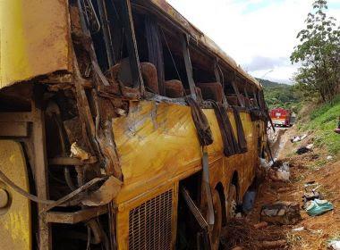 Ônibus que saiu da Bahia com destino a São Paulo tomba em MG; 7 pessoas morrem