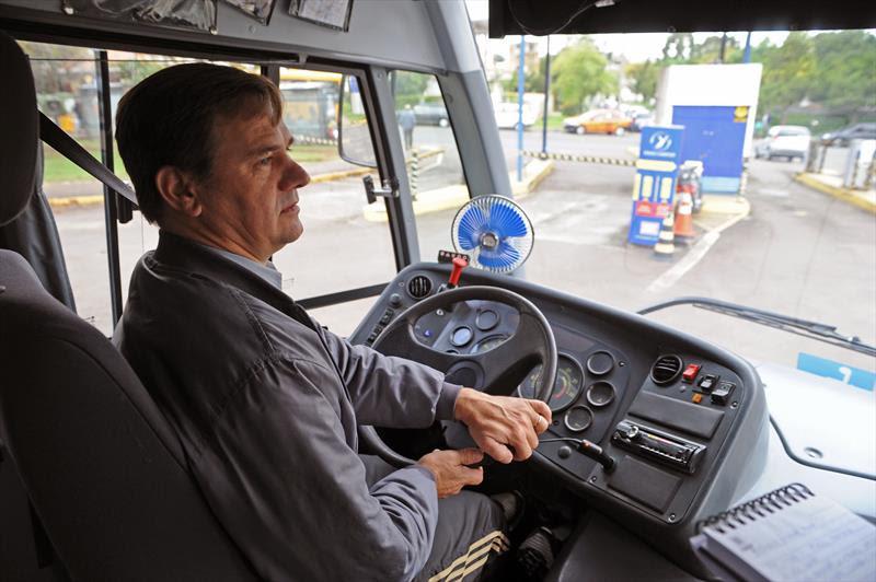 Um micro-ônibus que pega a pessoa em casa, leva para consultas de saúde e entrega novamente o paciente na porta de casa tem facilitado muito a vida de pessoas com deficiência.<br />-Na imagem, Antonio Pastuch.<br />Curitiba, 30/03/2015<br />Foto: Everson Bressan/SMCS