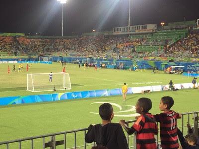 Visão por trás de um dos gols na decisão do Futebol de 7, na Paralimpíada (Foto: Richard Souza/GloboEsporte.com)