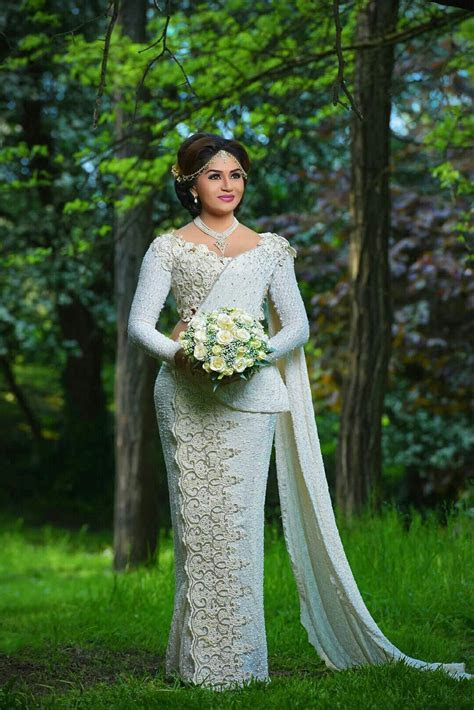 Salon Nisuki   Kandian Brides   Saree wedding, Wedding