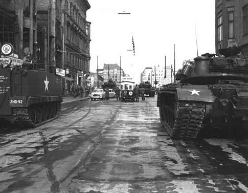 Tanques soviéticos enfrentados a tanques estadounidenses en el Checkpoint Charlie, durante la crisis de 1961.