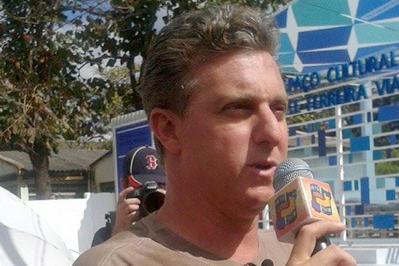 Luciano Huck em frente a nova sede da Banda Vitalina Corrêa / Foto: Flaviana Dias