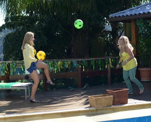 Angélica e Susana batem bola na casa da atriz (Foto: Camila Serejo / TV Globo)