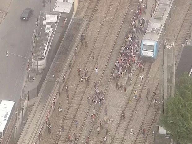 Passageiros seguiram viagem pela linha férrea após descarrilamento (Foto: Reprodução/TV Globo)
