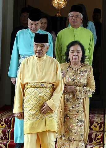 Apa yang Najib tidak sedar kesilapan yang dilakukannya ialah, dengan mengatakan hanya Sultan yang berkuasa membubarkan Dewan, beliau sebenarnya sudah mengaku bahawa penyelesaian krisis Perak ialah dengan membubarkan Dewan Undangan Negeri. Cuma dalam premis pemikiran politiknya ialah, biarlah rakyat salahkan Sultan kerana tidak mahu menyelesaikan krisis ini.