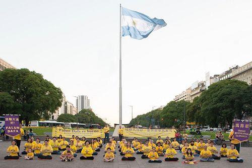 '图3:阿根廷法轮功学员举办弘法活动'